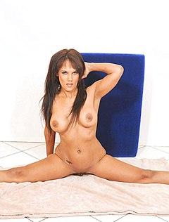 Гибкая голая женщина отлично шалит