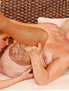 Игривая блондинка полизала бабке пизду