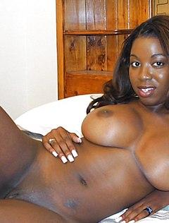 На кровати негритянка засветила пилотку