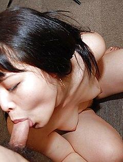 У зрелой китаянки на кровати тонкий член в киске