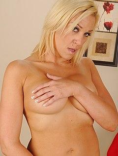 Блондинка с выбритой киской позирует на камеру