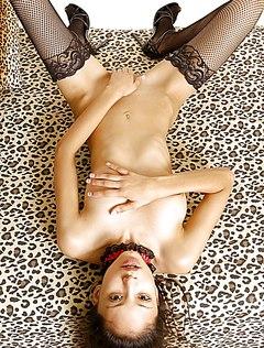 Сексапильная девушка без трусиков трет мягкое влагалище
