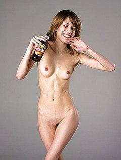 Голая телочка с пивом позирует в стиле ню
