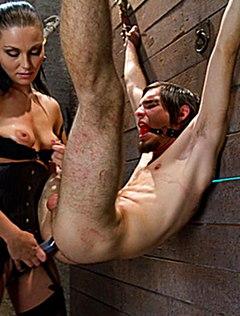 Суровая дама в подвале трахнула парня страпоном