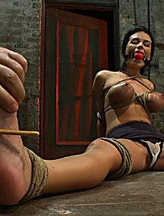 У покорной рабыни бдсм веревки на сиськах