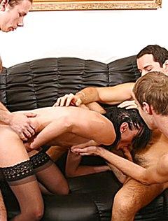 Скромные ребята на диване втроем выебали тетку