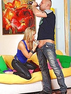 Блонда отсасывает член пьяному соседу в гостиной