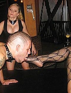 Страстные девушки заставили парня лизать ноги