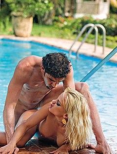 Мускулистый итальянец модель трахнул в попу у бассейна