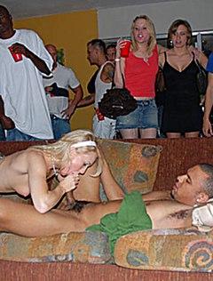 Парочка устроила публичный секс на вечеринке