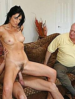 Стройная милфа с мохнаткой отдается при своем муже