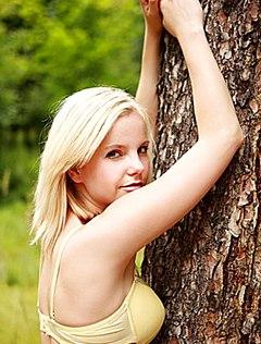 Худенькая блонди раздвинула стройные ноги в лесу