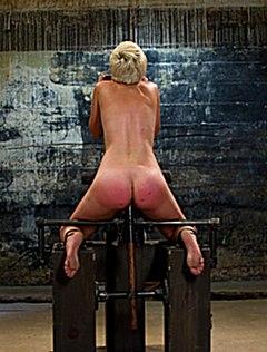 Прикованную блондинку в подвале отшлепали по попке
