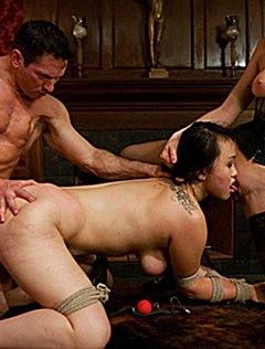 Мужик на БДСМ-вечеринке азиатку выебал в очко и спустил в рот