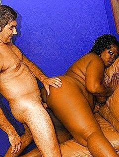 Зрелый почтальон трахает жирную черную женщину