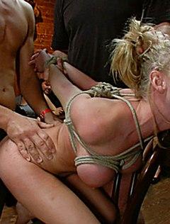 Блондинка со стоячими крупными сиськами любит бдсм еблю