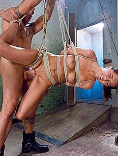 Хозяин оттрахал подвешенную на шнурах бабу в жопу