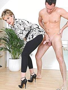 Староватая женщина в черных брюках дрочит племяннику член