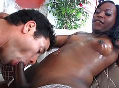 Чернокожий транс ебет парня в рот в своем дворе