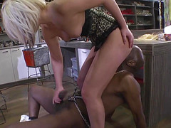Чернокожий мужик лижет пизду молодой блондинки