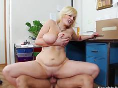 Сексуальные напарники классно ебутся на полу кабинета