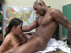 Чернокожий самец проткнул девку гигантским членом