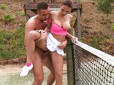 Красивый тренер трахнул спортсменку на теннисном корте