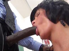 Развратная дамочка получила на работе черный фалос