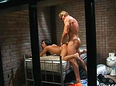 Жесткий секс в тюрьме от накачанного ебаря и брюнетки