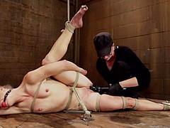 Связанную суку доводят до оргазма во время бдсм