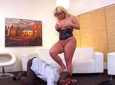 Толстая секретарша смачно дала начальнику