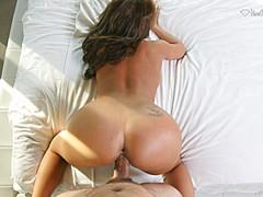 Женщина на крупном члене получила оргазм