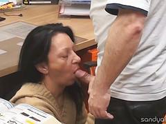 Мужчина трахается с коллегой на рабочем столе