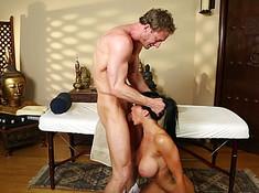 Грубый массажист заставил сосать член свою клиентку