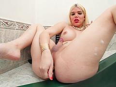 Трансик ласкает в ванне свой пенис