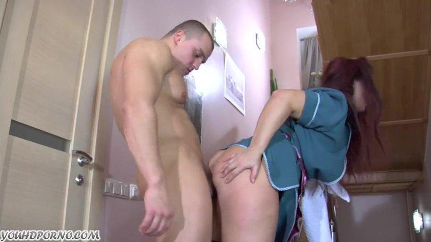 Секс со зрелой служанкой на лестнице