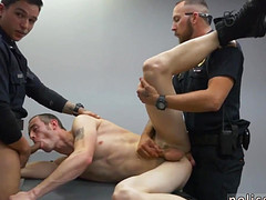 Полицейские ебут заключенного двумя хуями