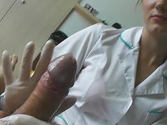 Смелый мужчина трахает в больнице врачиху