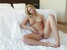 Сексуальная девушка показывает свое тело