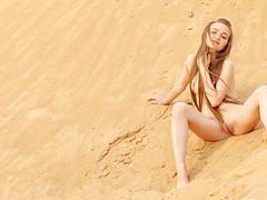 Бритая киска на пляже горячо позирует