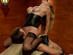 Госпожа заставила лизать пизду нового раба