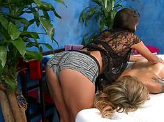 Массажистка делает лесби массаж
