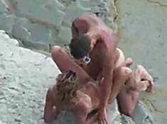 Смелые нудисты ебутся на пляже