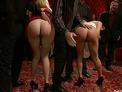 Голых девушек рабынь шлепают на вечеринке
