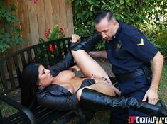 Сисястая брюнетка пососала член у полицейского
