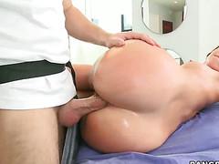 Сладкая дамочка возбудилась от массажа