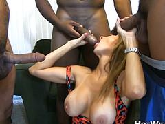 Аппетитную женщину ебут трое чернокожих парней