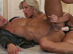 Блондинка страпонит парня в нежный анус