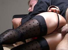 Хуястый парень смачно трахает женщину сзади